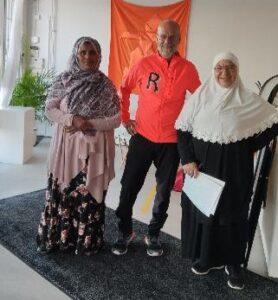 Fahyma till höger i bild (med vit slöja), Ayan till vänster i bild, och Mårten i mitten